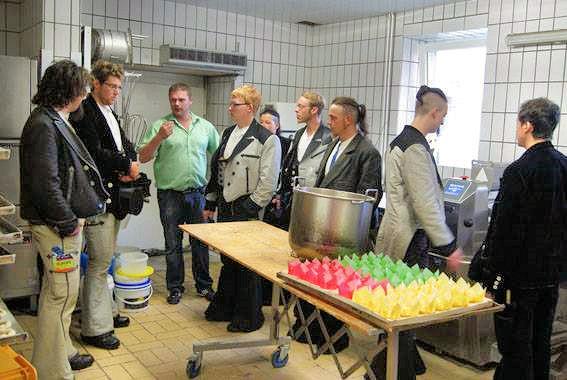Nebenraum, in dem Gebäck hergestellt wird: (Bäckermeister Marcel Simon im grünen Hemd)